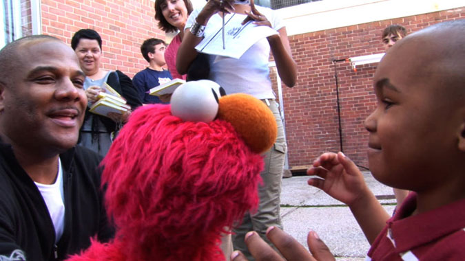 Picture of Kevin Clash acting Elmo for a child